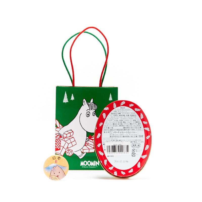 Moomin诞生70多年了,这个芬兰的动画片自从被岛国购买了版权之后,衍生出的各种周边简直让moomin粉们买到剁手!现在又和日本巧克力老牌Marys联手,推出了新年巧克力礼盒,从纸袋开始就萌倒小红薯们,可爱的盒子更是注定要珍藏!椭圆形的礼盒里一共9种口味,颜值高到舍不得吃,星星形状的柠檬味,圣诞树形状的草莓味,还有cupcake形状的焦糖味等等。长得美口感也不差,小红薯吃了都大赞不是很甜,不齁!吃完盒子还能留下来装小东西,还有比这更完美的新年礼物嘛~