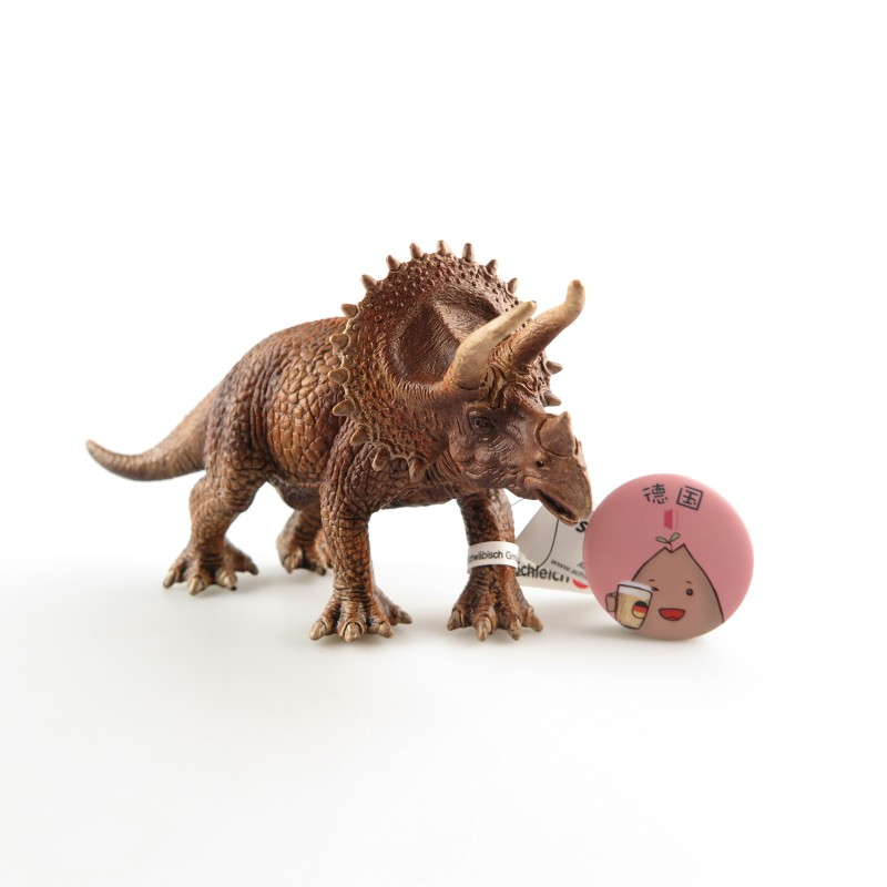 恐龙迷的小红薯有福了,思乐的恐龙系列带你走进神秘刺激的白垩纪。纯手工制作,手工上漆,精良的工艺,好多小红薯都表示Schleich的模型做工真的很精细,可以说是栩栩如生。动物的表情都很生动。造型逼真的三角龙,超大的头盾和三个角经常在影视书籍看见,虽然长得大只,但是食草的特性增加了它的亲切度,难怪它的人气这么高。多搜集几款恐龙系列,在家里打造属于小红薯自己的白垩纪公园。