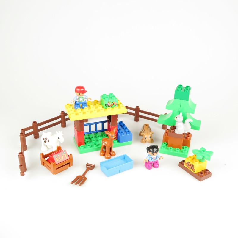 周末来了,与其在冷冰冰的房子里玩手机,还不如和小朋友一起到森林里和小动物做朋友吧!小猪、小鹿、小松鼠、小羊在树林里玩耍,喂点儿小松果、胡萝卜,小朋友们还能为它们搭建起温暖的农场,小动物们就有了小窝啦。乐高duplo系列专为年龄比较小的小朋友设计,积木颗粒最大,是普通乐高的4倍,更适合小朋友的小手,森林主题有指引书教小宝贝一步步搭,简单易懂,爸爸妈妈也可以陪在边上指导哦。
